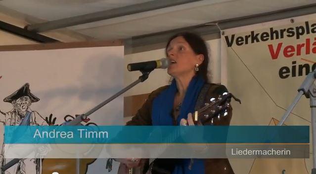 Andrea Timm singt mit Demonstranten Christine Dorn sucht Helfer für die Unterschriftensammlung für das Nachtflugverbot des BER Hexenküche – ein Gedicht der Bürgerinitiative Frankfurt am Main