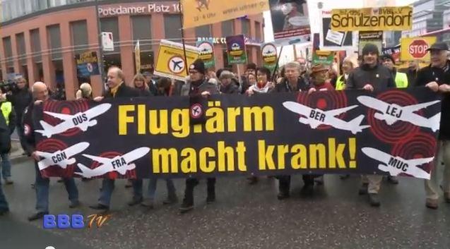 """Internationaler Aktionstag gegen Fluglärm Zeitgleich fanden in München, Frankfurt, Paris, London und weiteren Europäischen Städten Kundgebungen und Aktionen statt. Die Kundgebung mit etwa 4.000 Demonstranten vor dem """"Willy Brandt Haus"""" […]"""