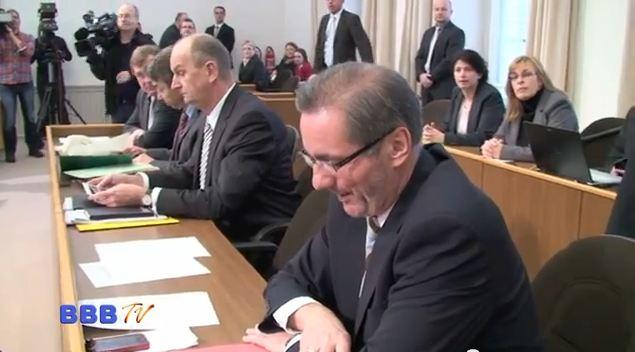 Matthias Platzeck war nach eigener Aussage eher für Sperenberg. Sehen Sie dazu unseren Bericht über die Landtagssitzung zur Vertrauensfrage.