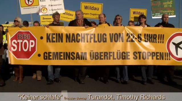 7500 Menschen nahmen an der Demo gegen den Flughafen Schönefeld teil. Ihre Forderungen waren: Keine Nachtflüge in den Randzeiten. Kein weiterer Ausbau von Schönefeld zum internationalen Drehkreuz.