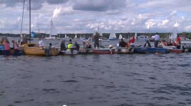 28. August 2011: Menschen- und Bootskette rund um den Müggelsee. Ca. 26.000 Menschen und 500 Boote nahmen daran teil.