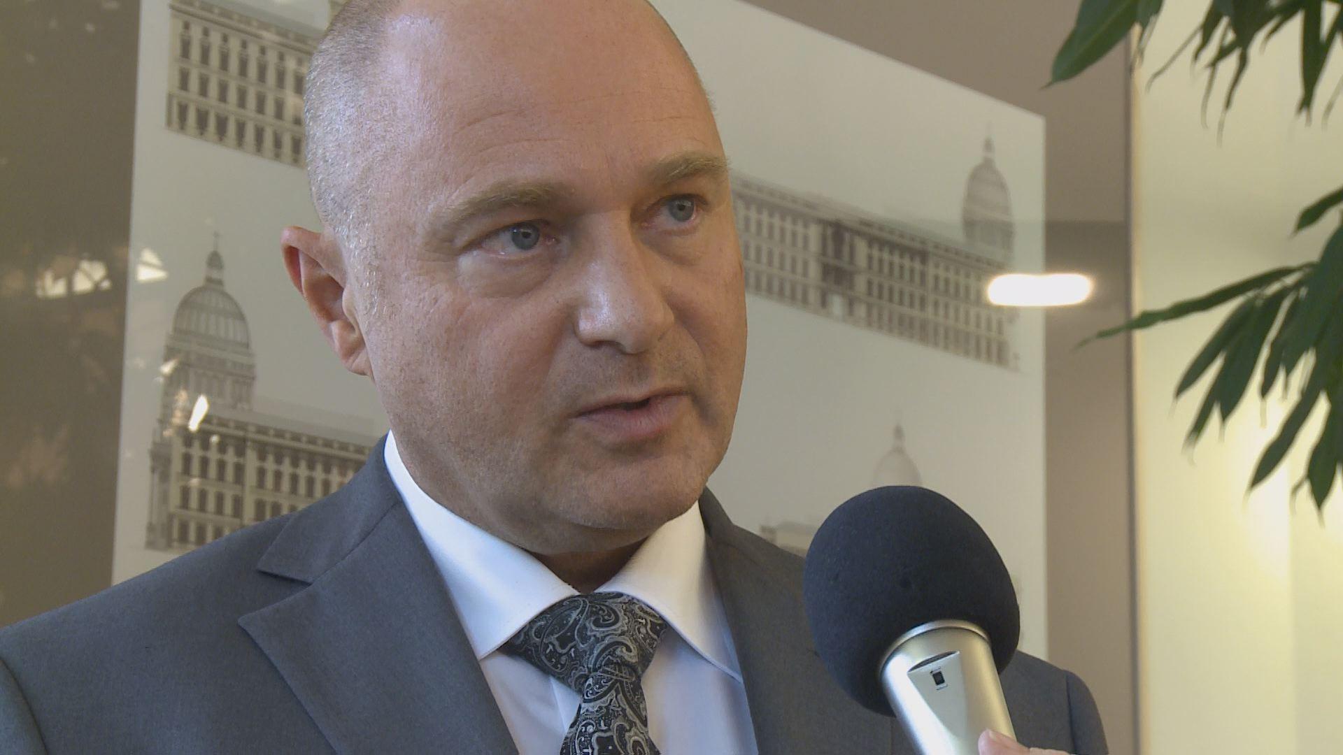 Versprochene Hilfe? StS. Bomba für mehr Schallschutz Anlässlich einer Zusammenkunft mit Vertretern der Bürgerinitiativen gegen Fluglärm sprach BBB TV mit Staatssekretär Rainer Bomba.